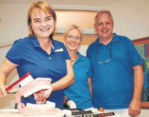 Zahnpflege, oder besser gesagt: Mundhygiene, ist das A und O, wissen (von links) Gitta Lochmüller und die Zahnärzte Ulla Elmegaard Jensen und Dr.  Hans-Dieter Schulz. Foto: Bluhm-Weinhold